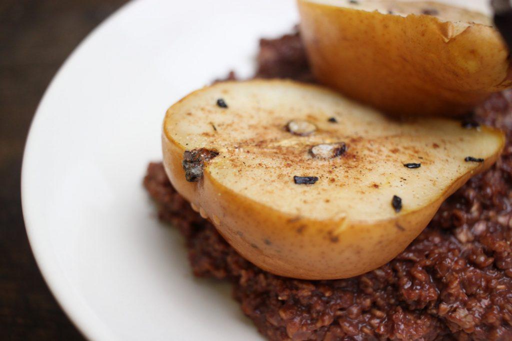 Schokoladen-Porridge mit gebackenen Birnen