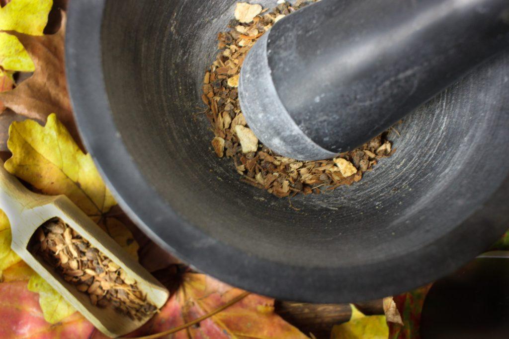 Das Kürbiskuchengewürz im Mörser zerstoßen
