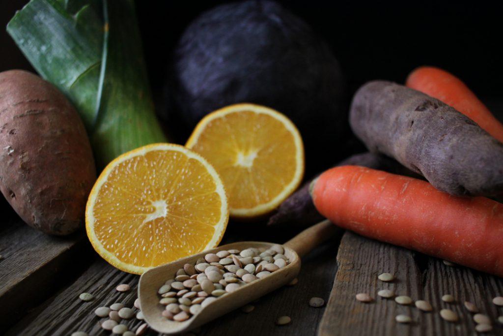 Die Zutaten bereit legen und das Gemüse gründlich waschen