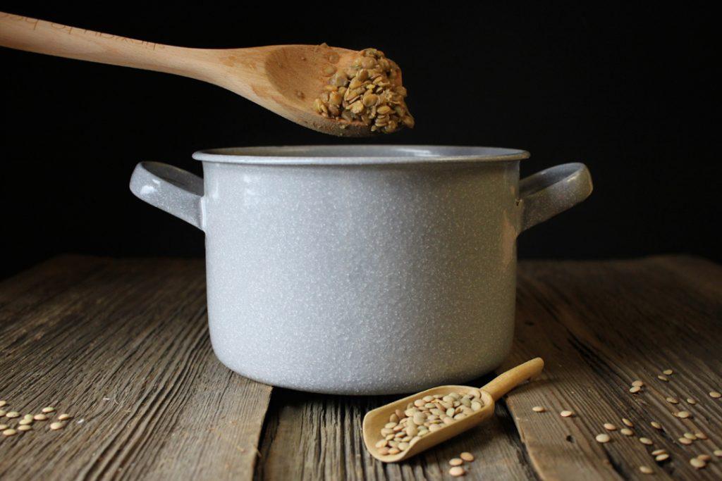 Für die Rouladenfüllung die Linsen zunächst circa 35 Minuten kochen