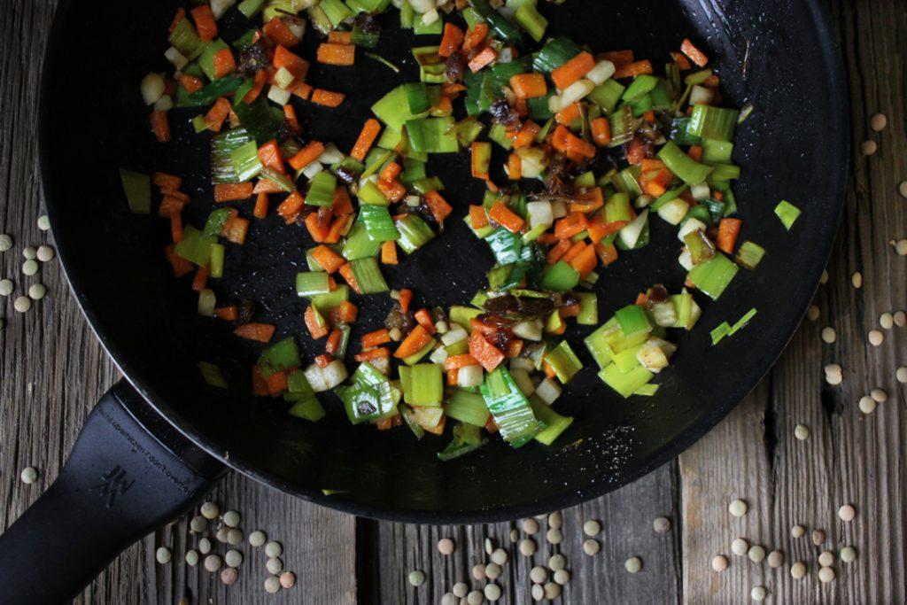 Zunächst das Gemüse für die Füllung anbraten