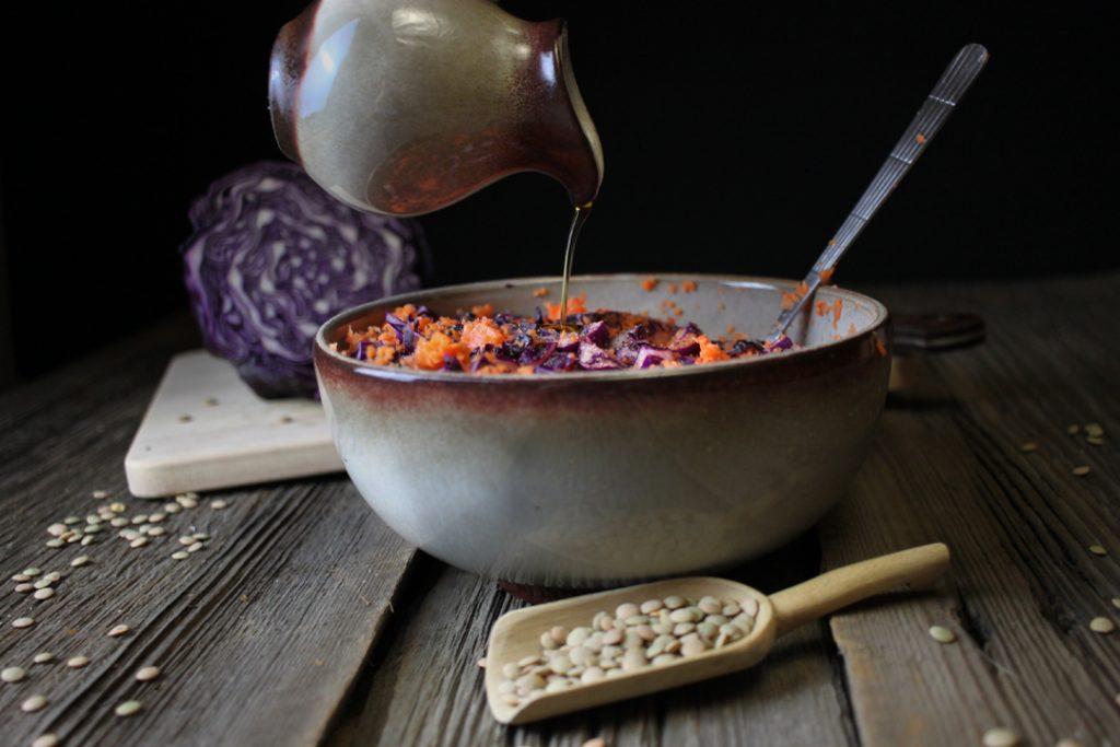 Während die Füllung abkühlt, den Coleslaw vorbereiten