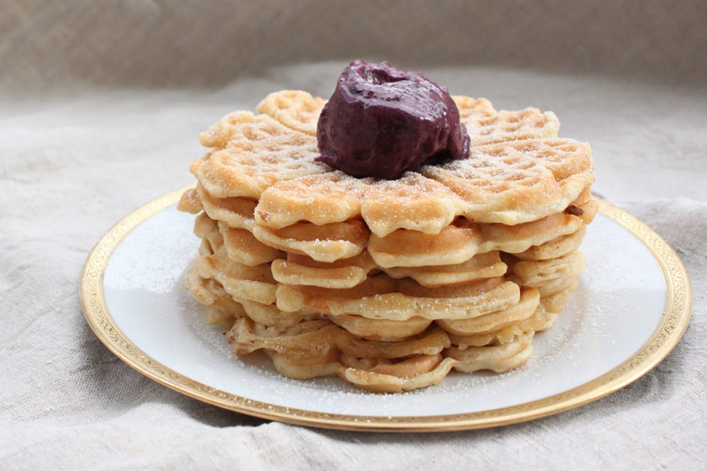Vegane Frühstücksideen: Nr. 4 - Waffeln mit fruchtiger Nicecream und Puderzucker