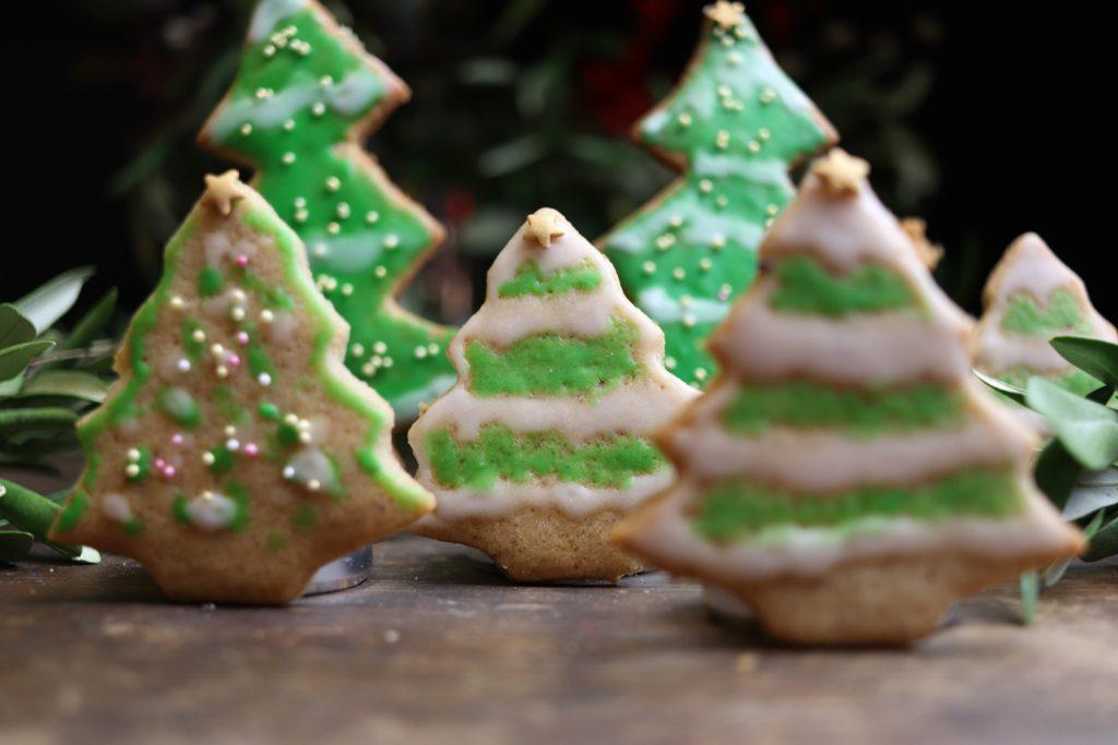 Die veganen Gewürz-Lebkuchen könnt Ihr nach Belieben mit Zuckerguss und Streudekor verzieren