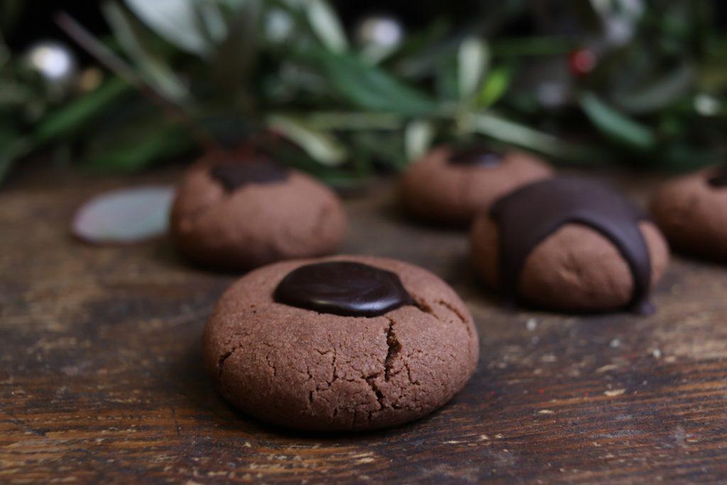 Die Haselnüsse mit der Schokoladenglasur überziehen