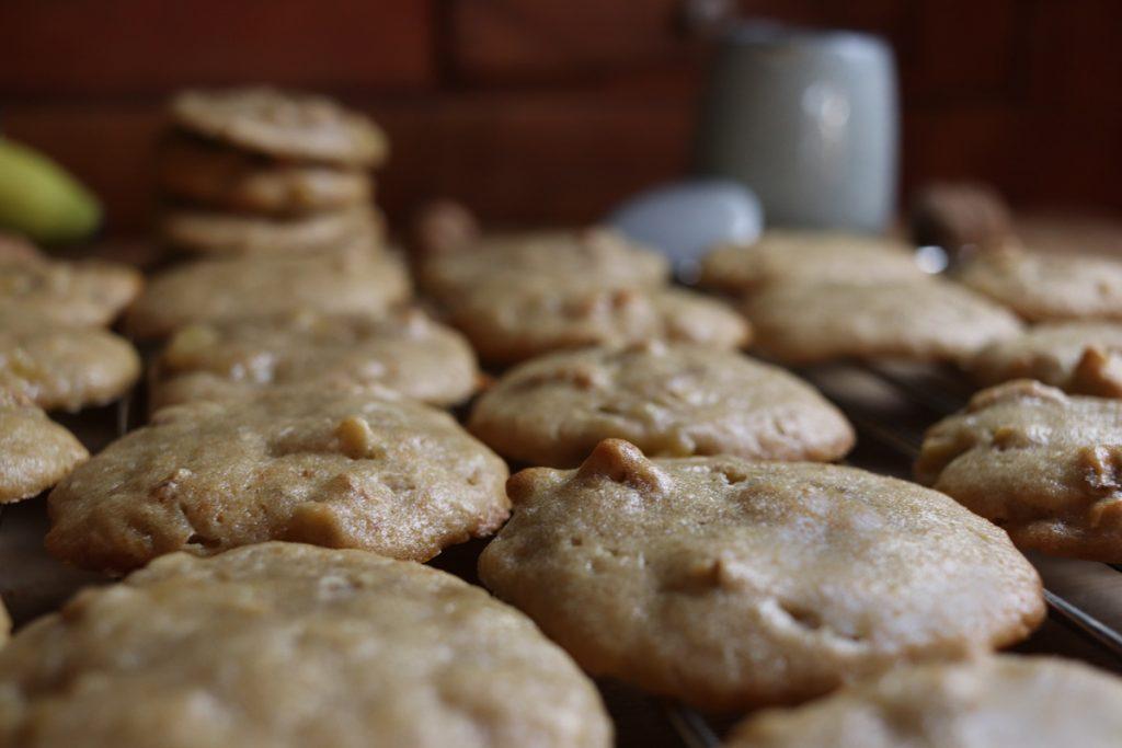 Die Kekse zum Abkühlen auf ein Kuchengitter setzen