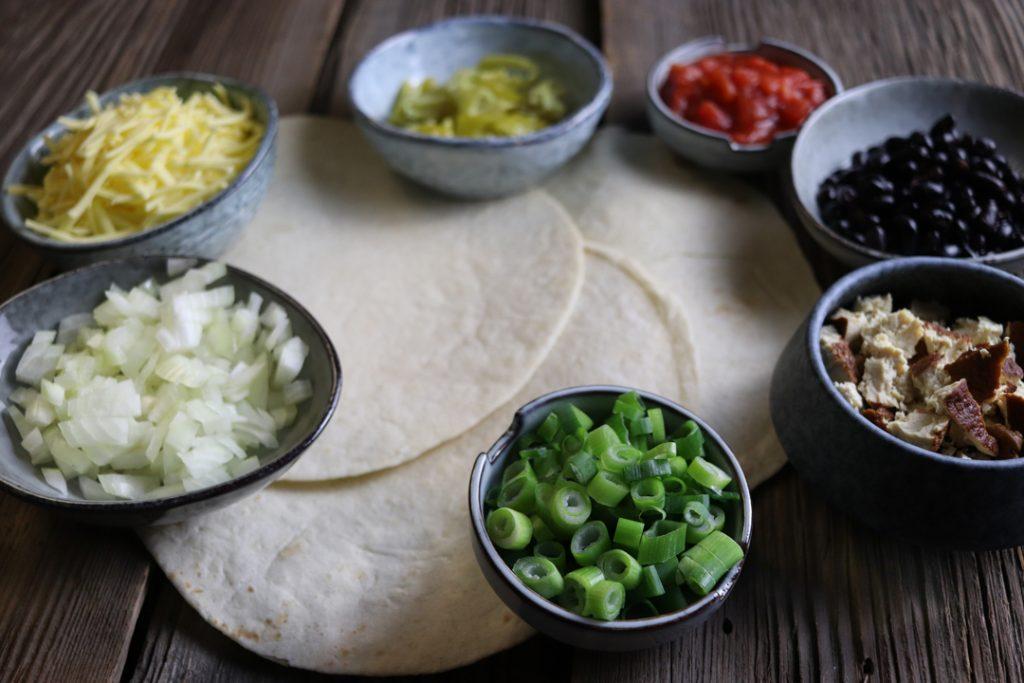 Die Zutaten für die veganen Enchiladas bereit legen