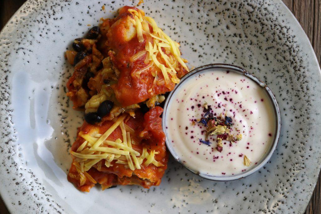Mexikanisch genießen könnt Ihr mit diesen Leckerbissen: Vegane Enchiladas mit Joghurt-Dip