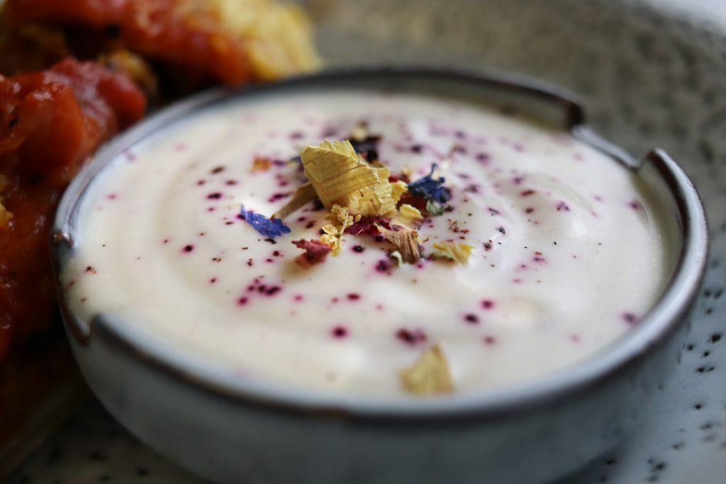 Zu den Enchiladas könnt Ihr beispielsweise Joghurt-Dip servieren