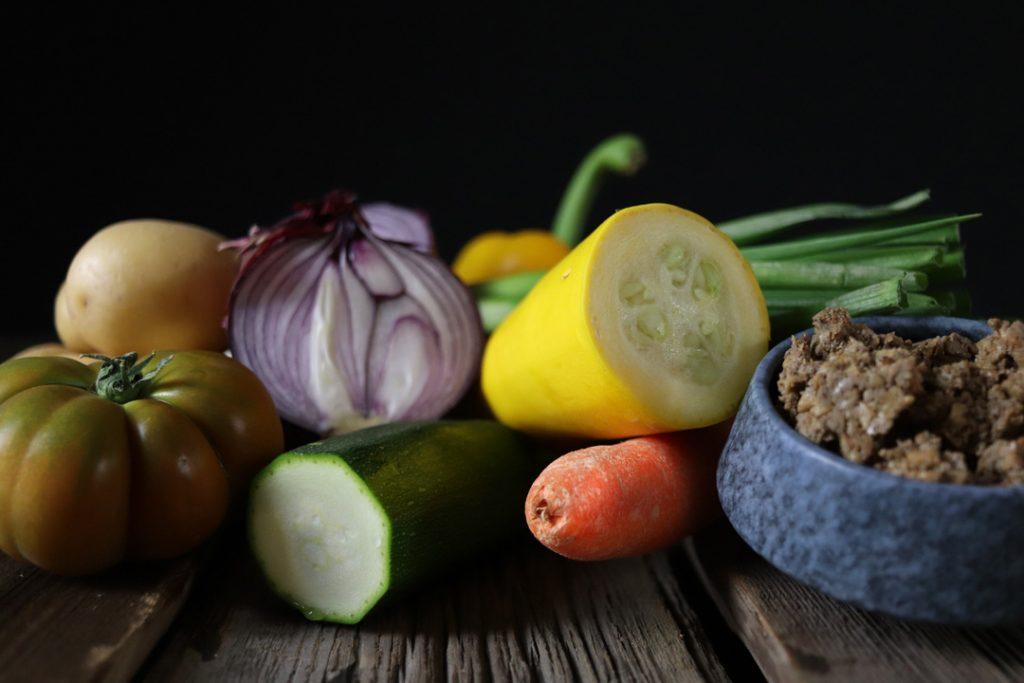Das Gemüse für den Bauerntopf waschen und bereit legen
