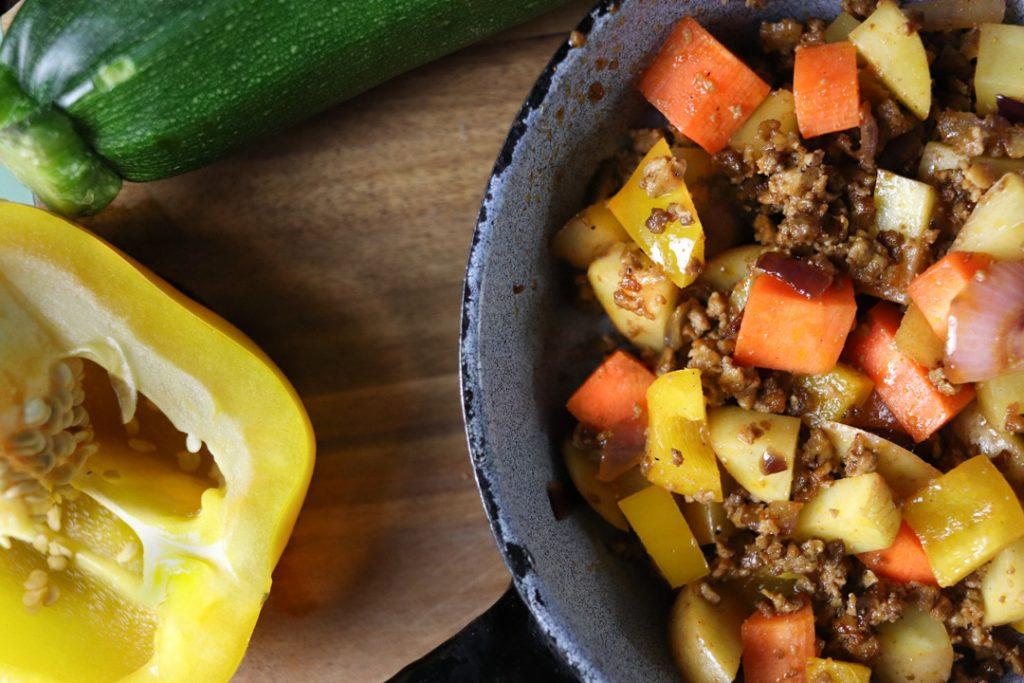 Voll mit frischen Zutaten: Glutenfreier und veganer Bauerntopf