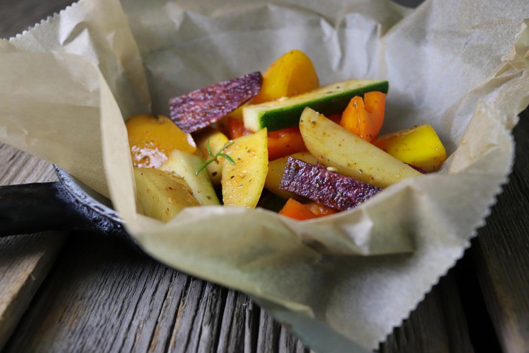 Das Gemüse in mundgerechte Stücke schneiden