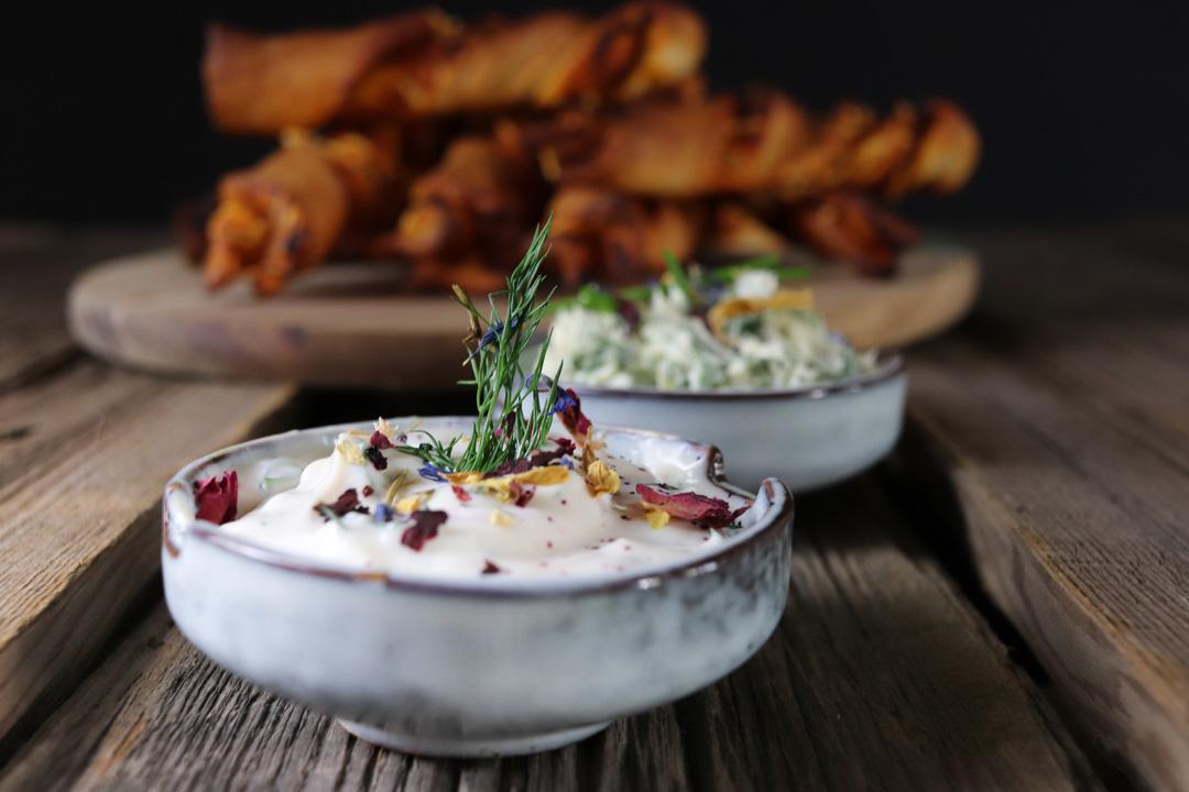 Veganer Kräuterjoghurt eignet sich perfekt als Dip für Ofengemüse, Brotsticks oder Pizzastangen