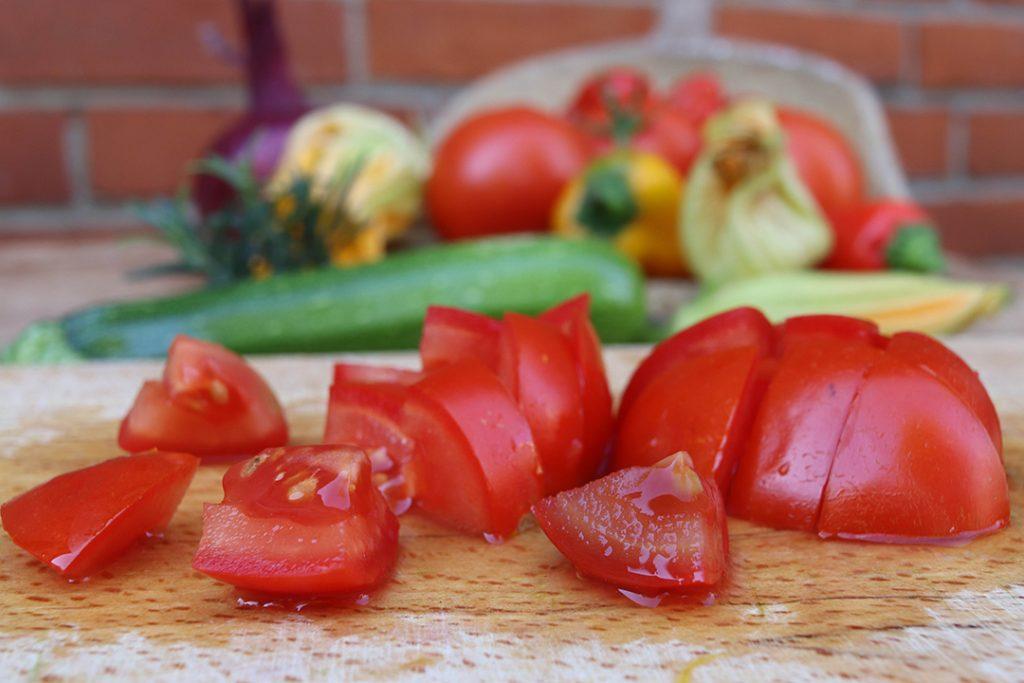 Die Tomaten werden grob gewürfelt