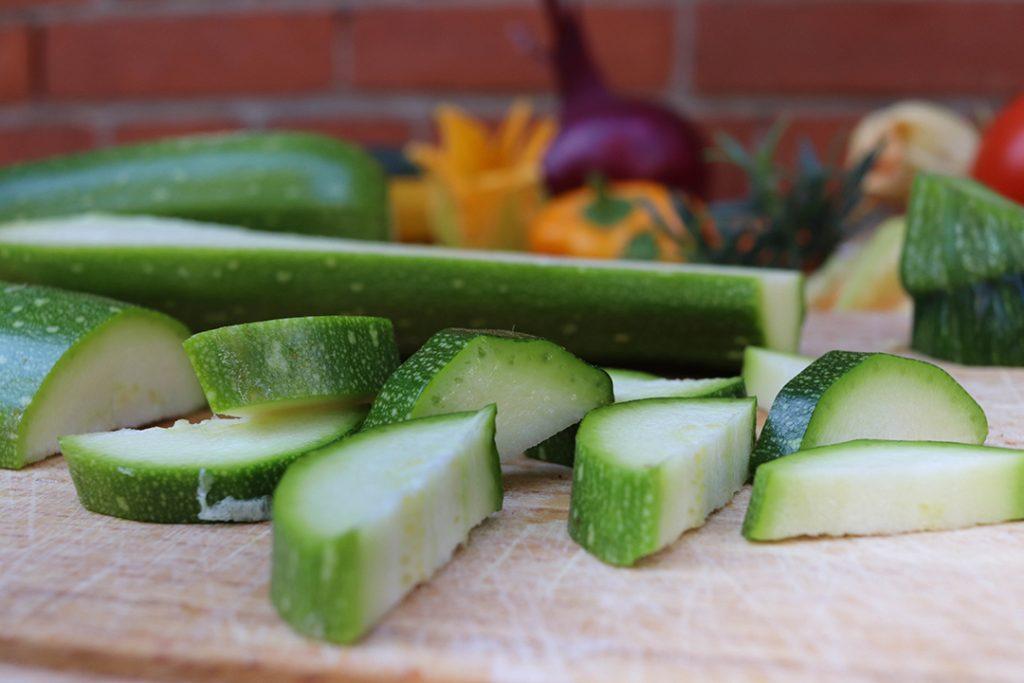 Die Zucchini am besten halbieren und in Scheiben schneiden